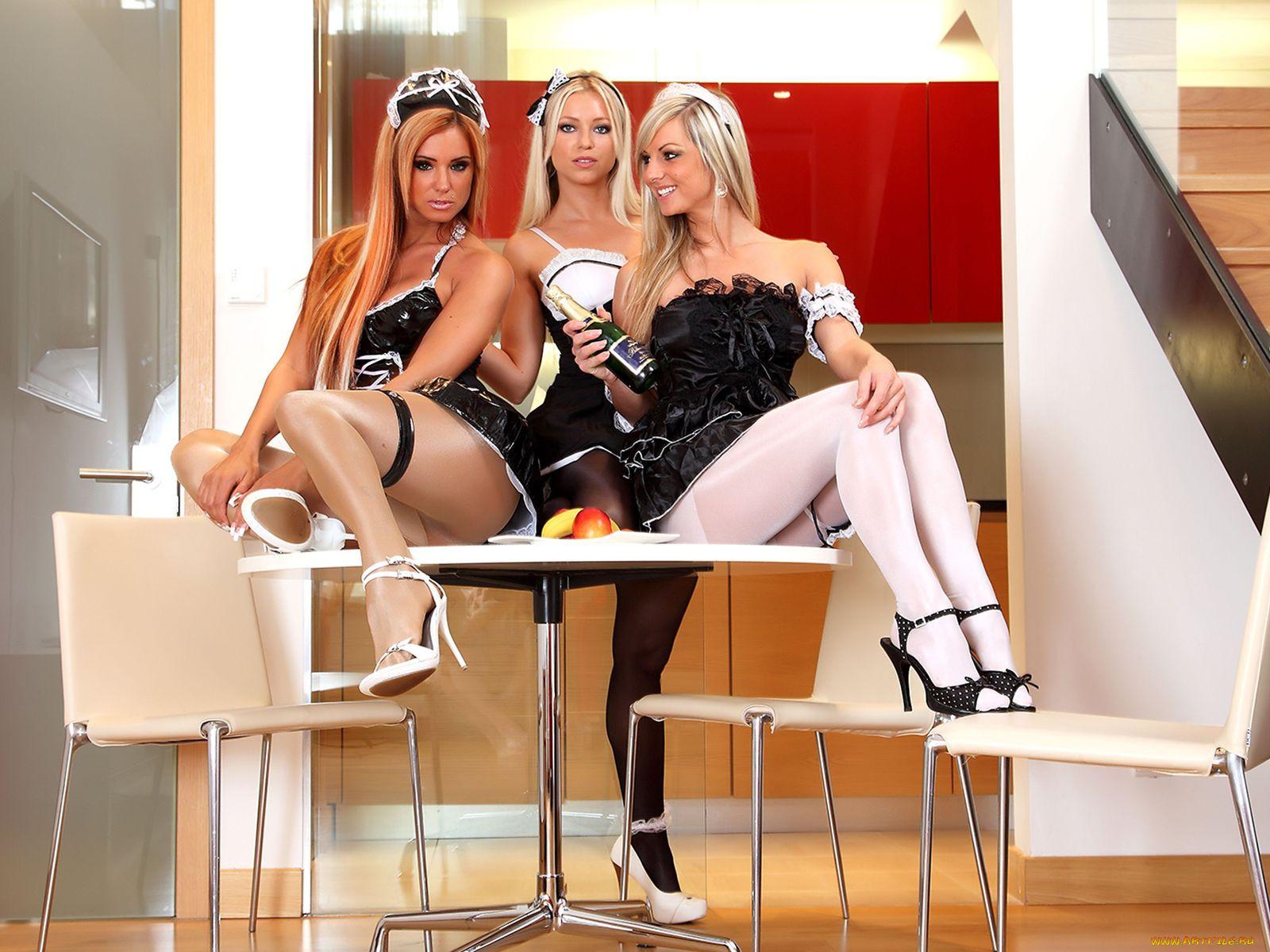 Девушки, каблуки, платье, модели, туфли, стол, колготки 1280 на 800.